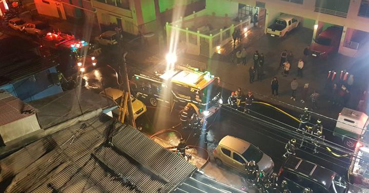 Cuerpo de Bomberos de Antofagasta realiza arduo trabajo para controlar incendio