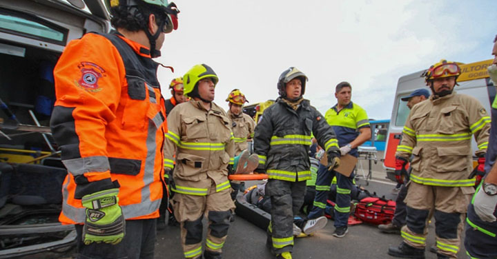 Bomberos de Iquique asistió a volcamiento de microbús