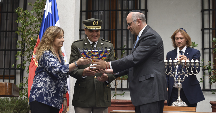 Bomberos fue reconocido en celebración de Janucá en La Moneda