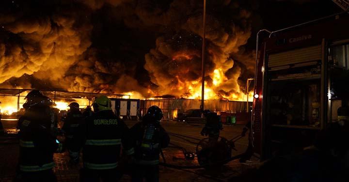 Bomberos de Iquique controló incendio en terminal internacional