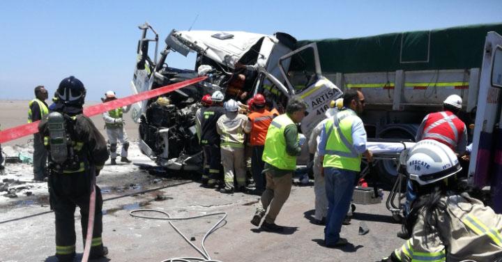 Tres lesionados dejó colisión  entre dos camiones en Ruta de la Sal