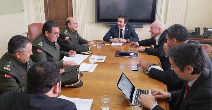 Bomberos de Chile gestiona disminuir plazos para internación de material mayor y menor al país