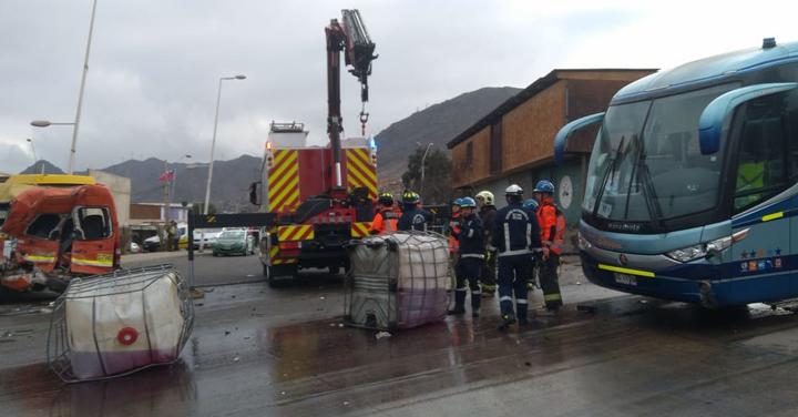 Más de 140 bomberos de Antofagasta trabajaron en complejo accidente de tránsito