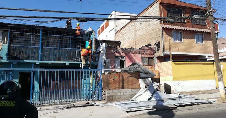 Bomberos trabajaron para sacar techumbre que cayó sobre dos viviendas