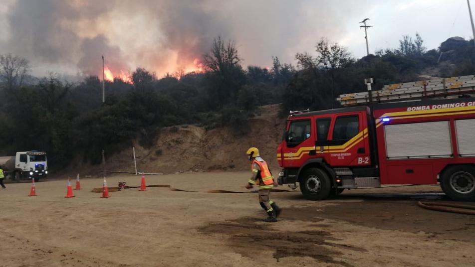 Bomberos de Tiltil desplegados por alerta roja que afectó a 12 viviendas y 150 hectáreas