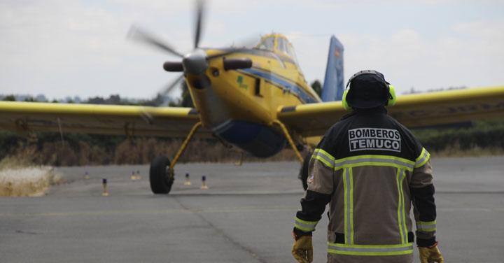 Bomberos y municipio de Temuco permite llenado de aviones que combaten incendios forestales en Cautín