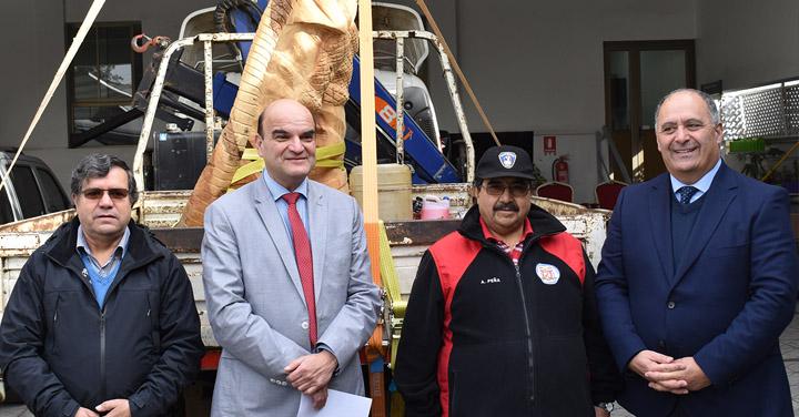 Presidente Nacional recibe escultura en agradecimiento a la labor de Bomberos de Chile
