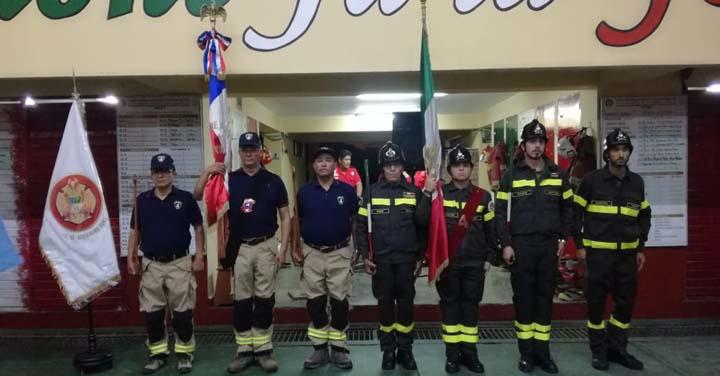 En Perú condecoran dos estandartes del Cuerpo de Bomberos de Iquique