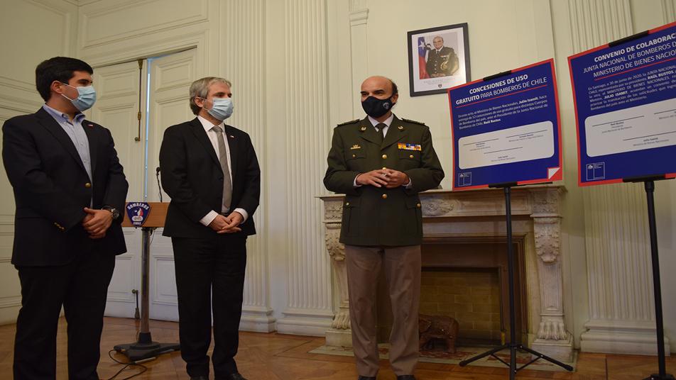 Ministerio de Bienes Nacionales firmó convenio para priorizar concesiones gratuitas para Bomberos de Chile