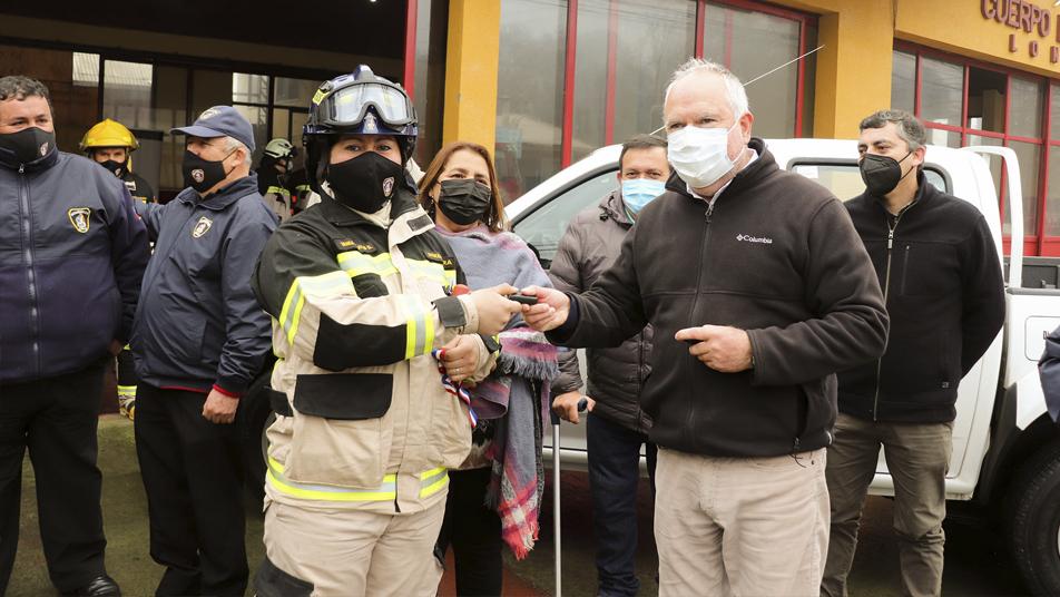 Bomberos de Longaví reciben tres camionetas 4×4 de parte del municipio