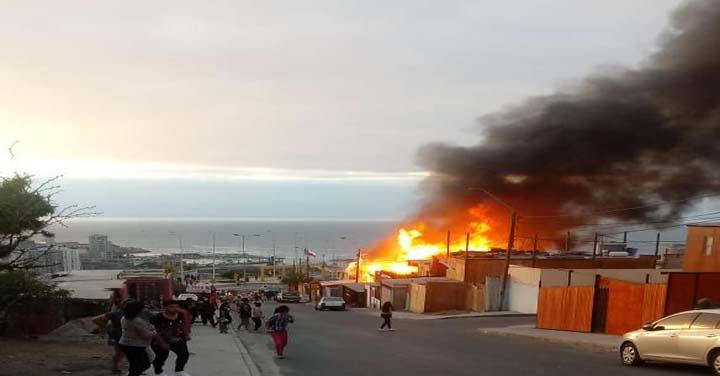 Más de 100 bomberos trabajaron en incendio que afectó a cuatro viviendas en Antofagasta