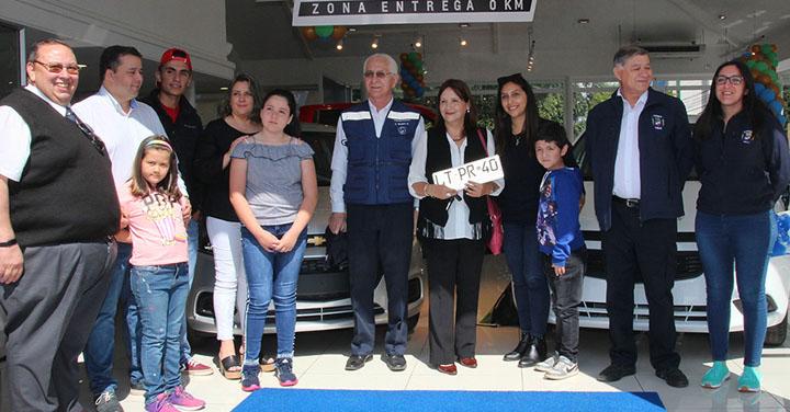 Ganadoras de la Rifa de Bomberos de Temuco recibieron sus automóviles
