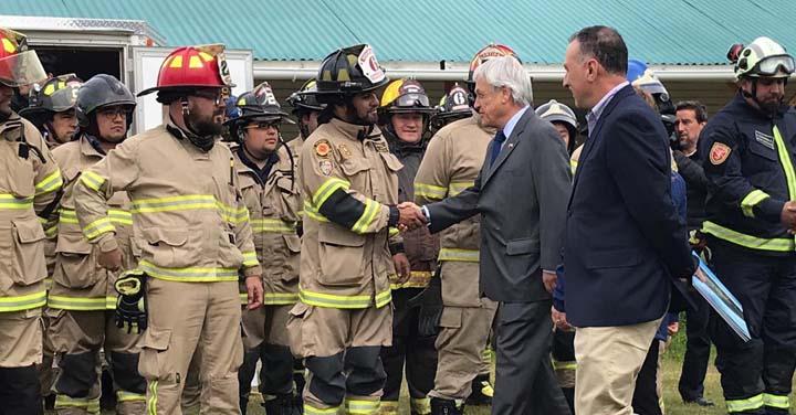 Presidente Sebastián Piñera se reúne con bomberos que apoyan abastecimiento de aeronaves en Cochrane