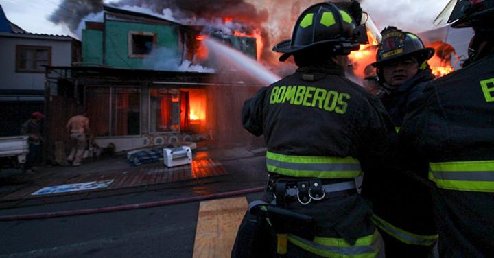 Bomberos de Iquique trabajó en incendio que afectó a seis viviendas