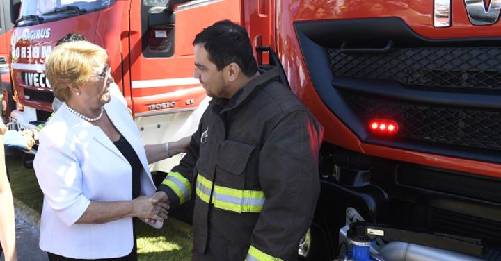 Presidenta Bachelet entrega 15 carros bomba a Cuerpos de Bomberos de Iquique