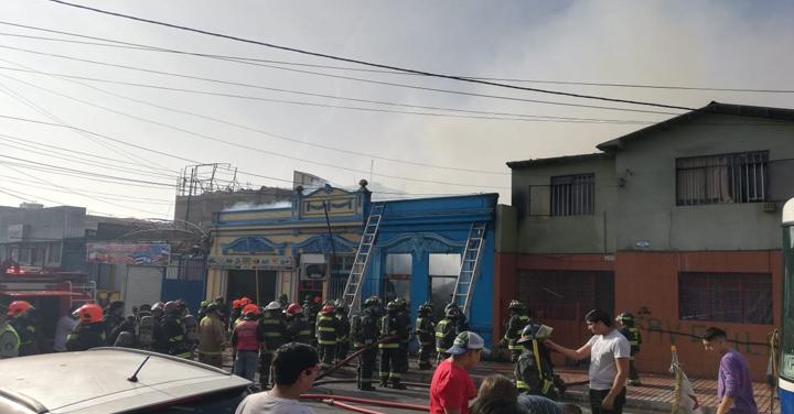 Incendio afectó tres inmuebles en pleno centro de Antofagasta