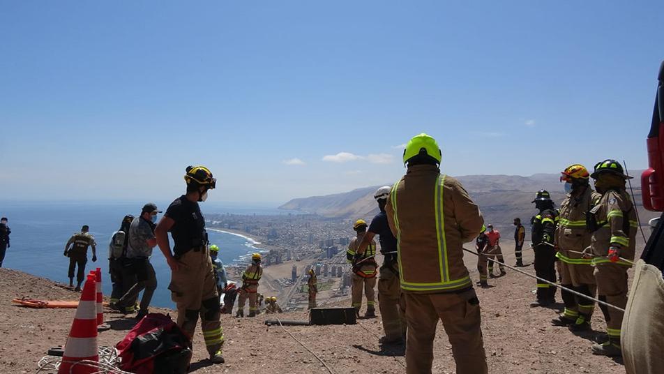 Iquique: Intenso operativo de bomberos por desbarrancamiento de vehículo