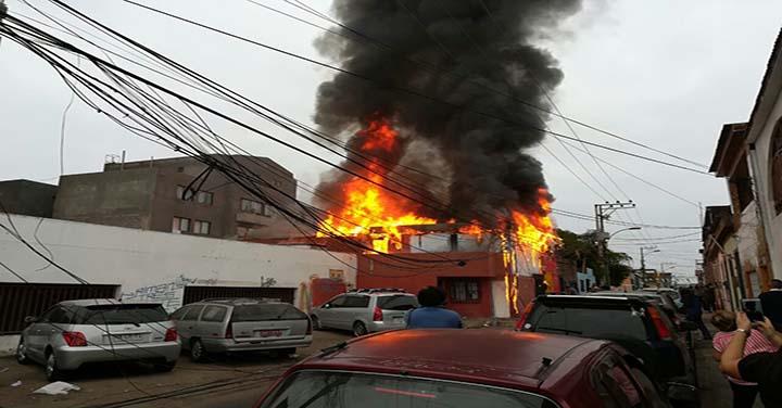 Un muerto y dos casas destruidas en incendio en barrio el Morro  de Iquique