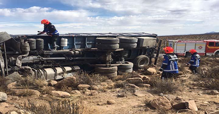 Chofer muere tras volcar su máquina movilizando a Bomberos de Huara