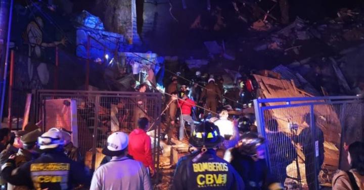 Arduo trabajo de Bomberos de Valparaíso para recuperar cuerpos tras derrumbe de vivienda