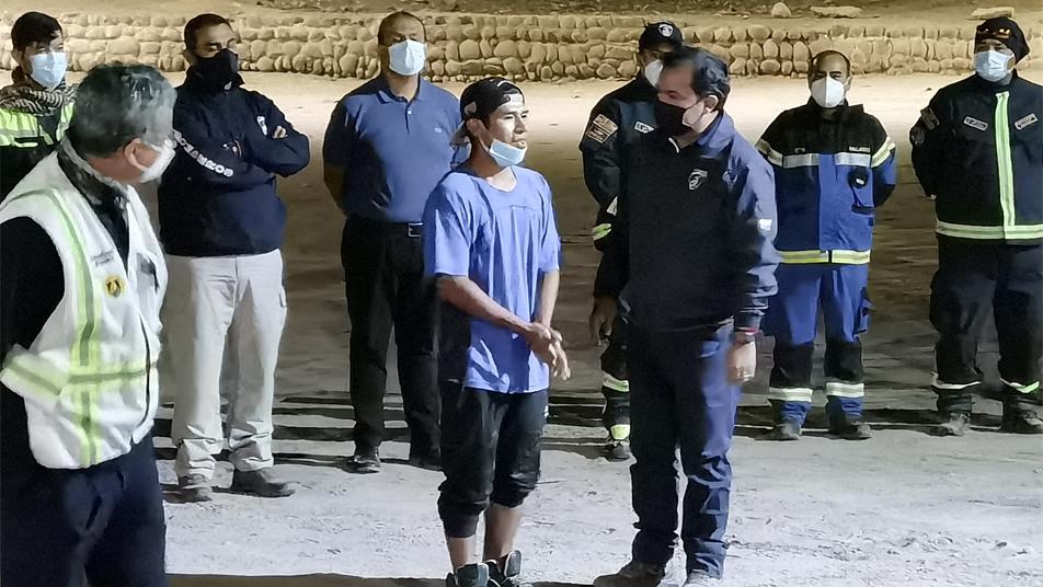 Bomberos de Chile encuentra con vida a menor extraviado en Arica junto a personal del GOPE