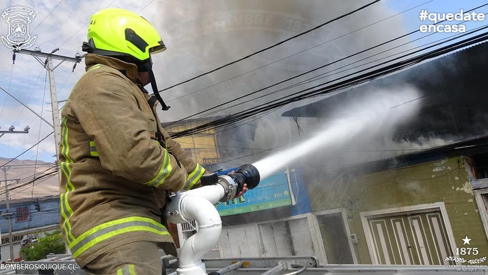 Incendio destruyó diez viviendas de madera en sector céntrico de Iquique