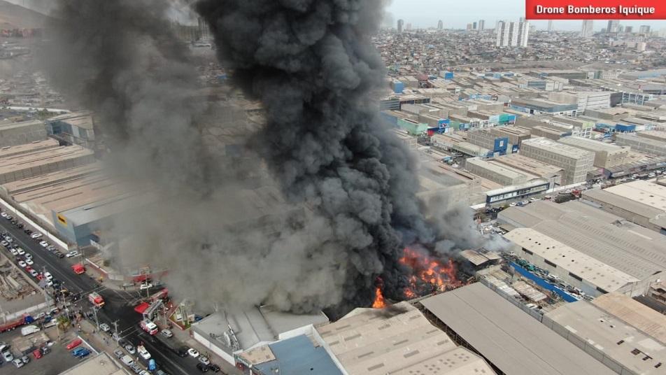 Incendio destruyó cinco galpones en Zona Franca de Iquique