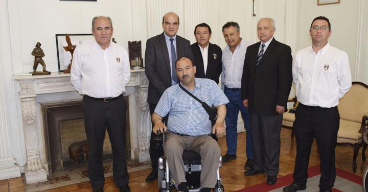 Entregan silla de ruedas eléctrica al Comandante Honorario de Romeral Marcos Dauvin