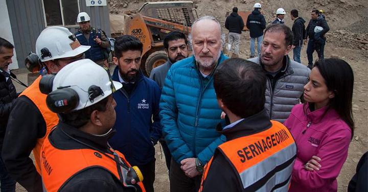 Ministro de Minería agradeció el trabajo de Bomberos en las labores de rescate en la Mina San José