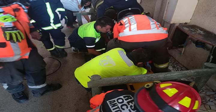 Hombre que cayó de edificio de altura fue socorrido por bomberos