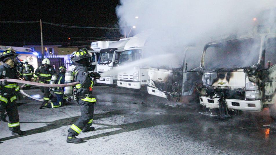Fuego en camiones movilizó a bomberos hasta empresa Agrosuper de Iquique