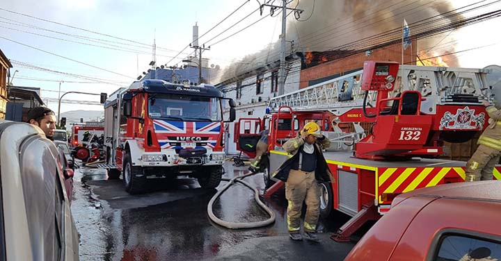 Incendio en casco antiguo de Iquique movilizó a bomberos