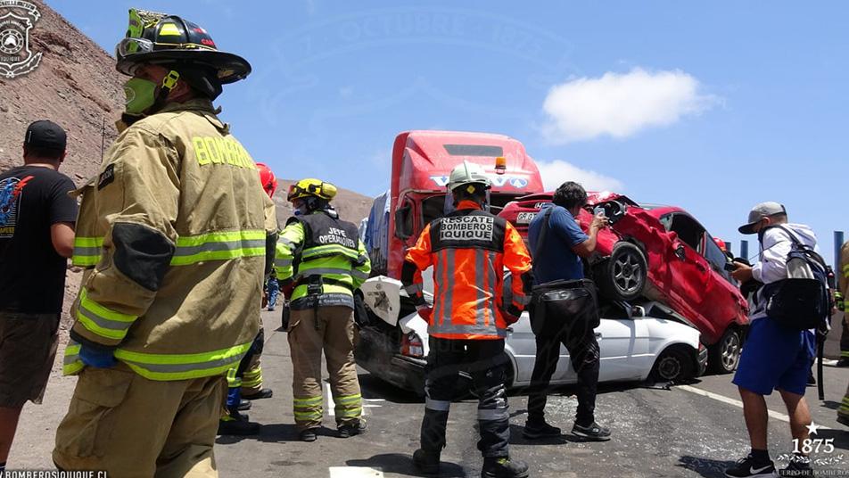 Bomberos de Iquique responde a colisión múltiple en acceso a Iquique