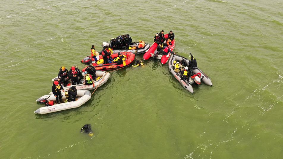 Búsqueda en laguna Huelehueico: Personal de Bomberos de Chile logra recuperar los cuerpos de las dos personas extraviadas